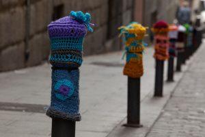800px-Yarn_Bombing_Bolardos_by_Teje_La_Araña_2
